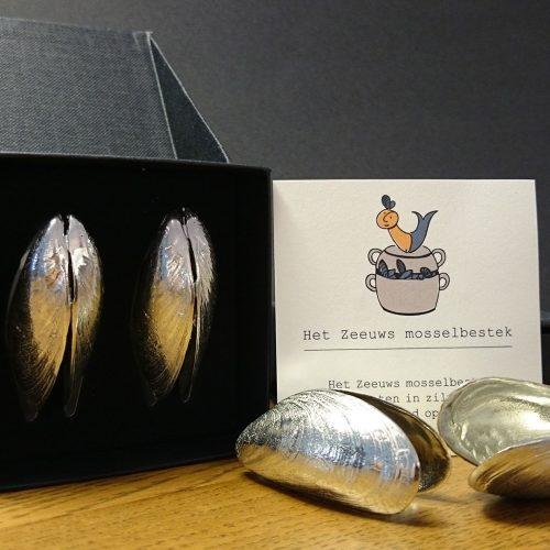 Mosselbestek, set van twee mossels in zilvertin uitvoering